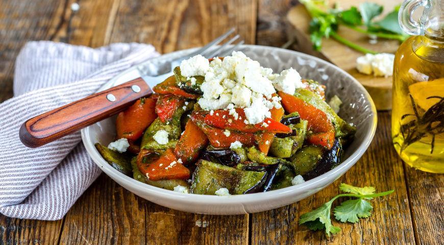 Рецепт Салат из запеченных баклажанов и перцев с брынзой