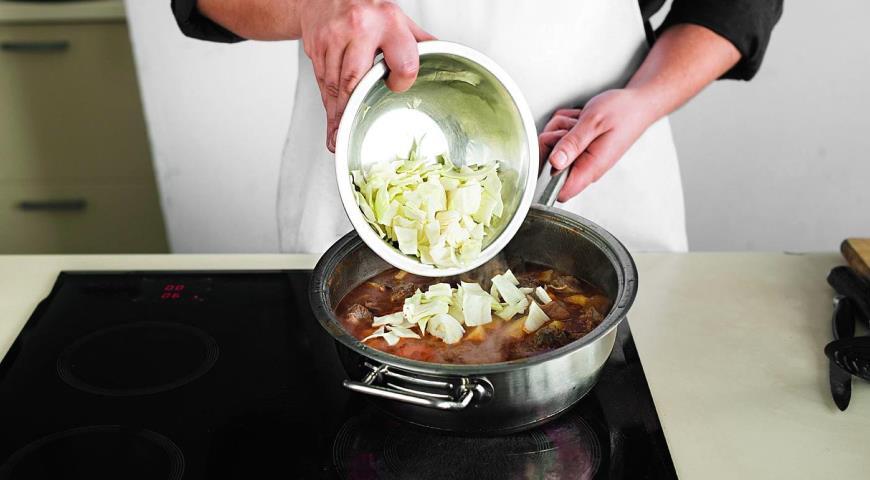 Фото приготовления рецепта: Рагу из говядины с овощами, шаг №6