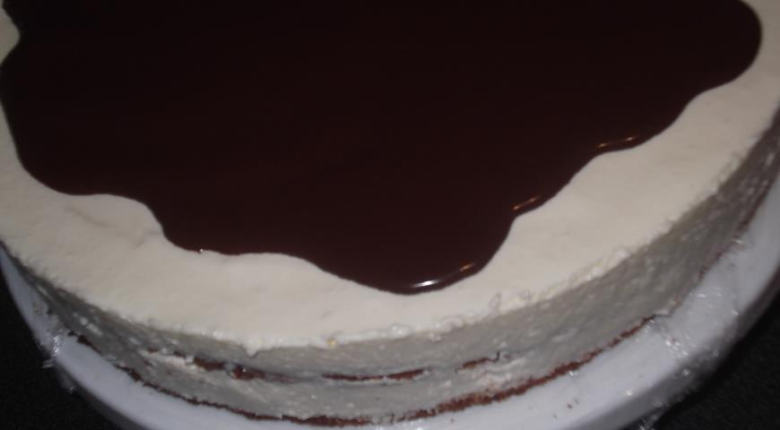 Заливаем торт Птичье молоко со сгущенкой глазурью и убираем в холодильник