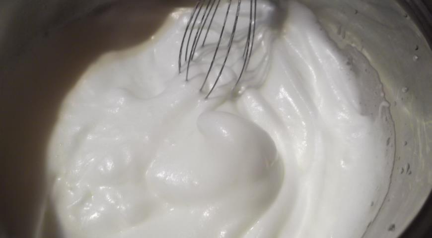 Ко взбитым белкам добавляем сахар, желатин и масляный крем