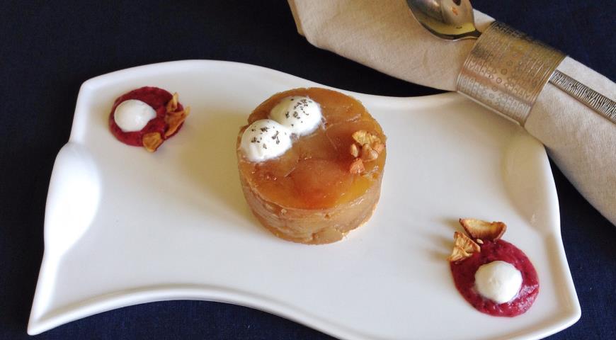 Рецепт Тарт Татен с клюквенно-яблочным соусом, молочным мороженым и сушеным яблоком
