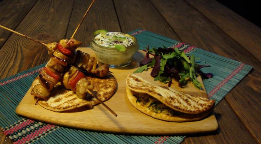Рецепт Лепешки индийские с дайконом (мули паратха) к шашлычкам из индейки (тикка-масала) с огуречной райтой