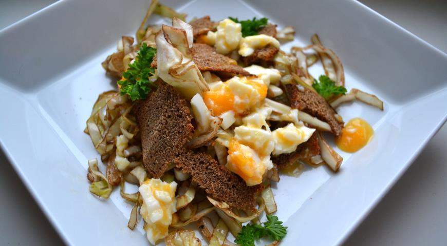 Рецепт Салат из белокочанной капусты с яйцами в мешочек