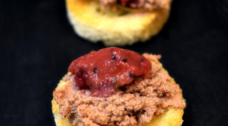 Рецепт Паштет из фермерской куриной печени с мармеладом из красного крыжовника и смородины