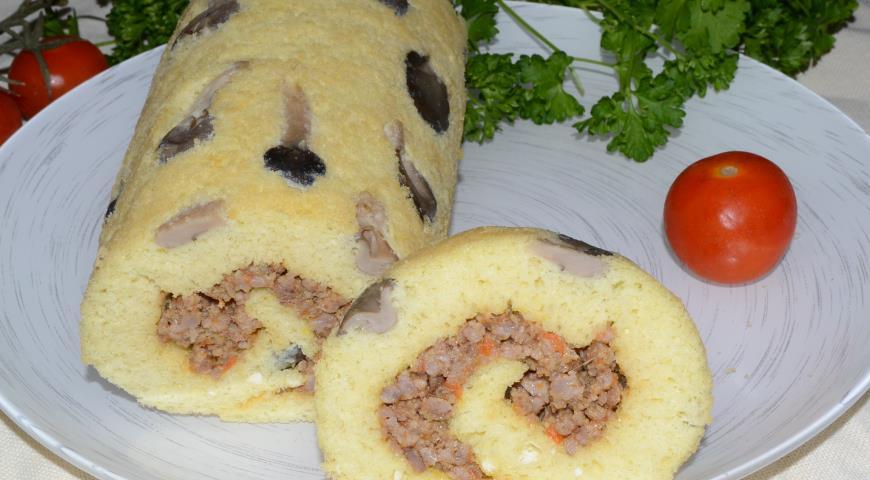 Рецепт Бисквитный рулет с грибами и мясом