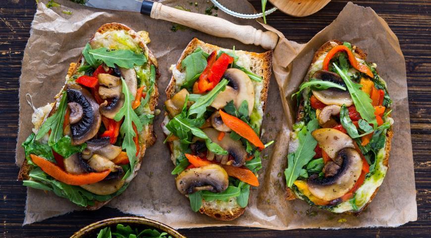 Рецепт Горячие бутерброды с грибами, перцем и песто