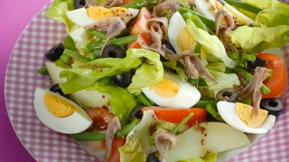 Средиземноморский салат с анчоусами