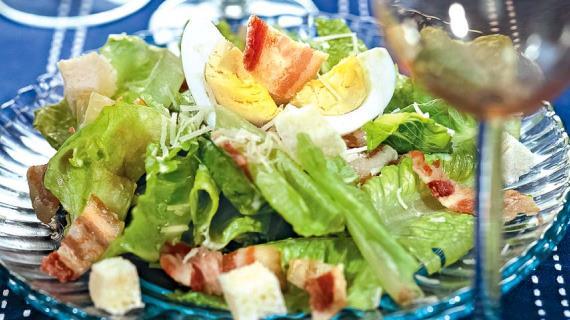 рецепты салатов цезарь с беконом