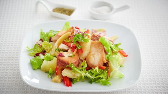 Салат с куриным окорочком копченым