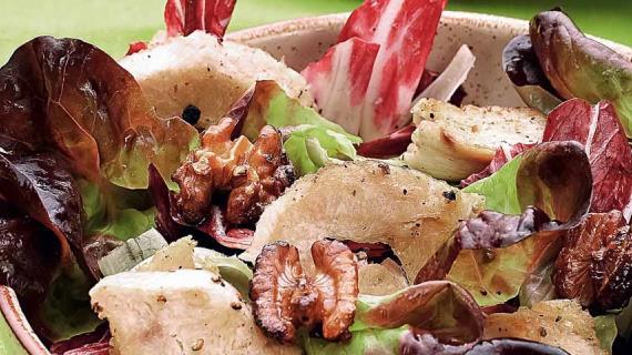 Куриный салат с радиккьо и глазированными грецкими орехами