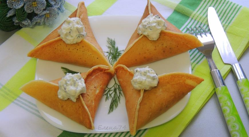 Рецепт Треуголки блинные с курино-грибной начинкой и соусом