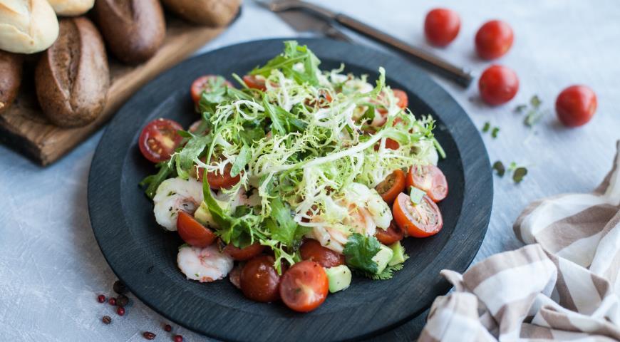 Рецепт Салат с креветками, авокадо и огуречным соусом с васаби