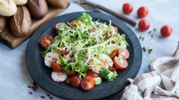 Моцарелла с помидорами - идеальное сочетание, плюс авокадо и креветки = вкуснейший, легкий салат