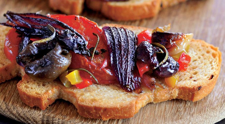 Рецепт Брускетты с «компотом» из красного лука и овощей