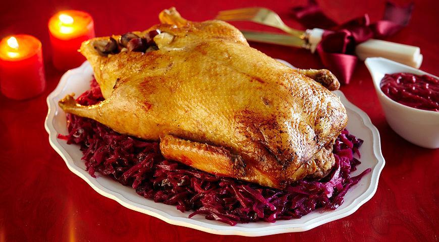 Рецепт Запеченный гусь с каштанами, грушами и тушеной красной капустой