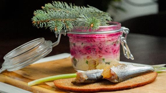 Сельдь под «шубой» с пряной килькой, фаршированной щучьей икрой на чесночном хлебе