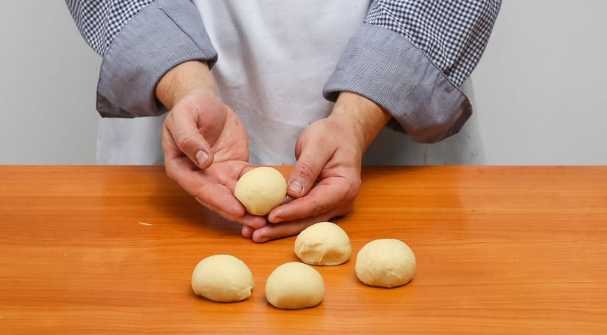 Фото приготовления рецепта: Мини-пиццы, шаг №2