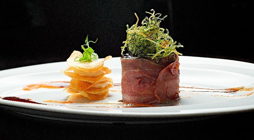 Рецепт Кролик, запеченный с черносливом, твёрдым сыром и кедровыми орешками