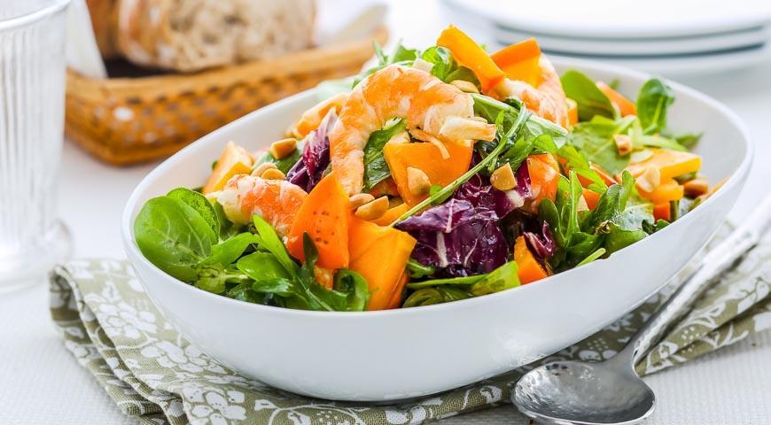 Рецепт Салат с креветками, хурмой и орехами