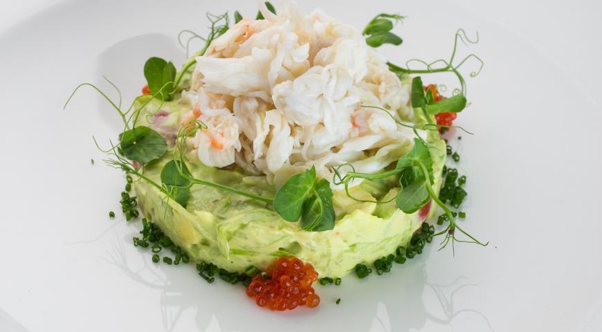 Рецепт Салат с крабом и муссом из авокадо
