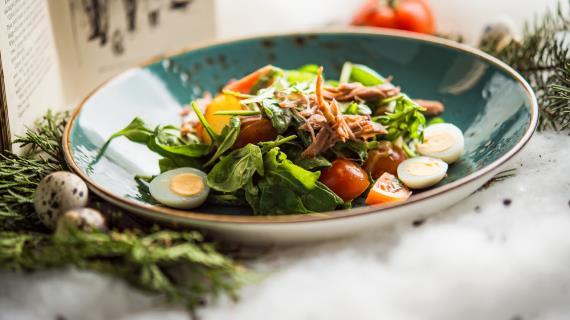 Салат с уткой конфи, руколой и помидорами черри
