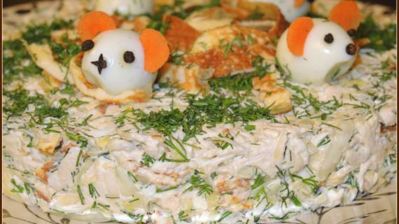 Салат с капустой и блинчиками