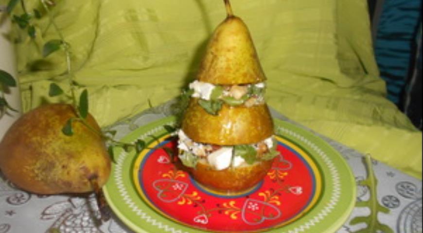 Рецепт Салат с фетой, грецкими орехами и рукколой в груше
