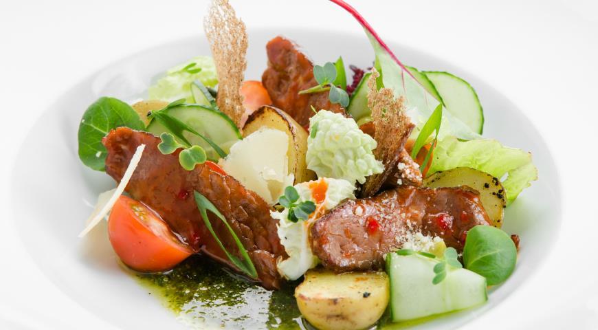 Рецепт Салат с говядиной в сладком чили соусе с травяной заправкой