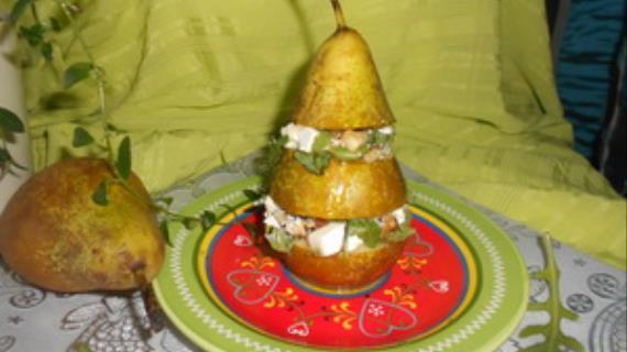 Салат с фетой, грецкими орехами и рукколой в груше
