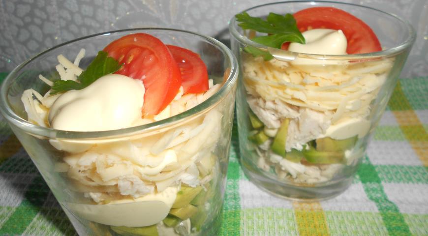 Рецепт Салат-коктейль с курицей, авокадо и сыром
