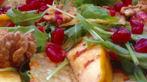 Салат с жареной айвой и сырными чипсами