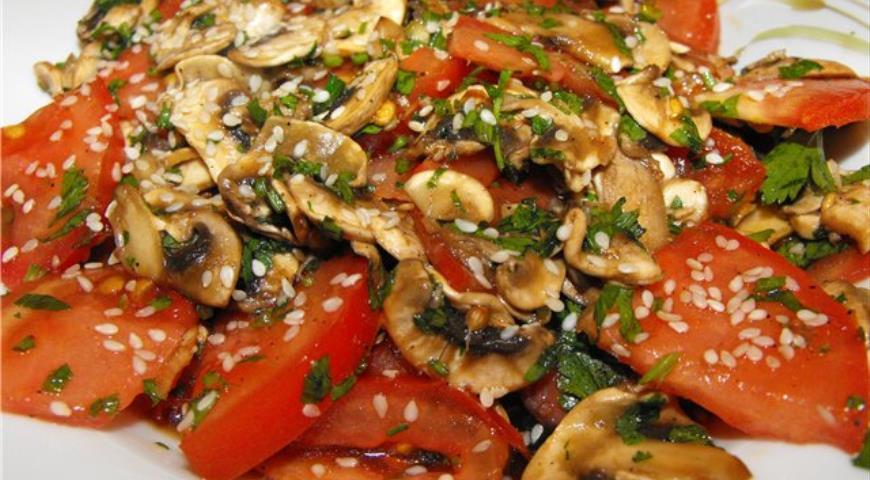 Рецепт Теплый салат с помидорами, грибами и кунжутом