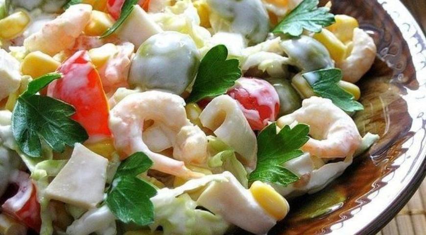 Рецепт Салат с креветками, кальмарами, оливками и кукурузой