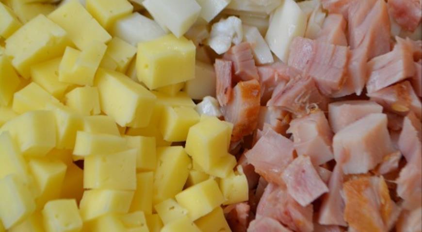 Салат с копченым окороком и кальмаром. Шаг 1