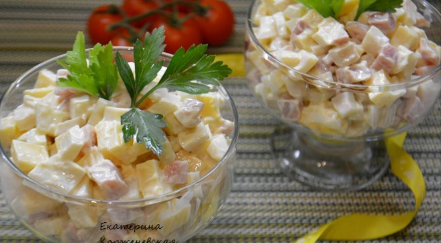 Рецепт Салат с копченым окороком и кальмаром