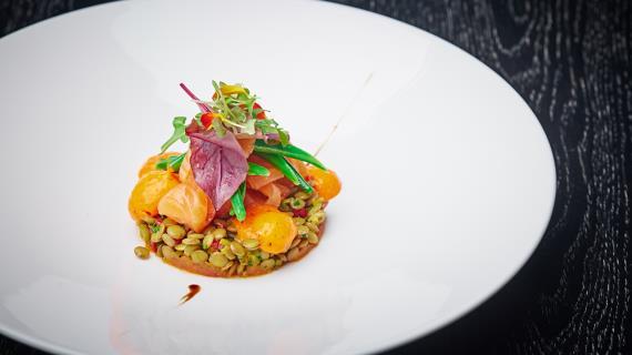 Салат из лосося с чечевицей и муссом из красного перца