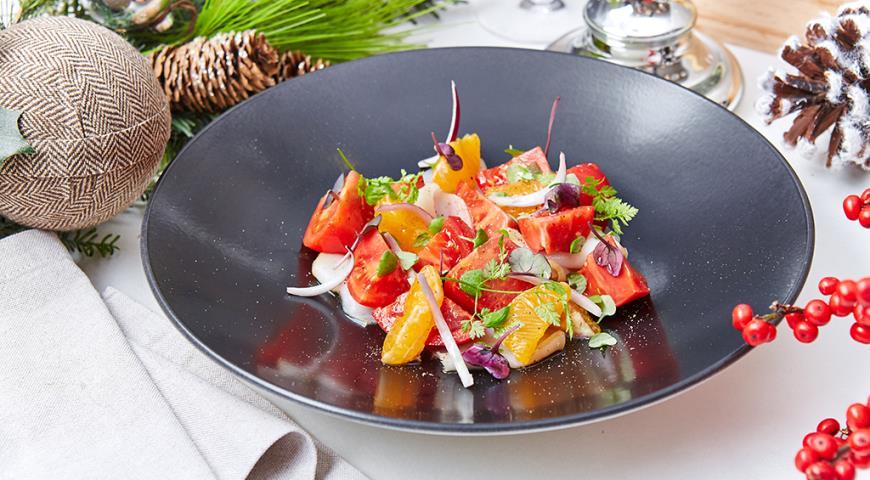 Рецепт Салат с подкопченным палтусом, мандаринами, красным крымским луком и листьями кинзы