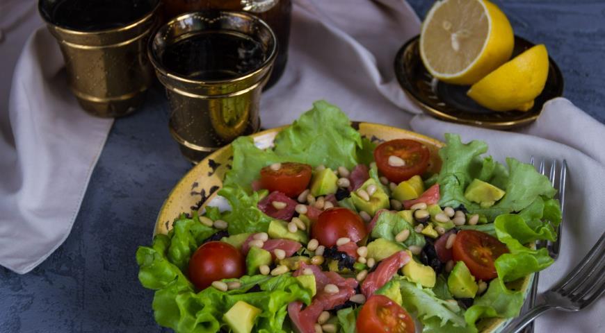 Рецепт Салат из авокадо и форели с кедровыми орешками