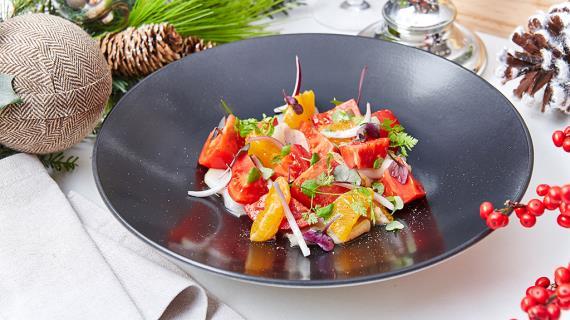 Салат с подкопченным палтусом, мандаринами, красным крымским луком и листьями кинзы