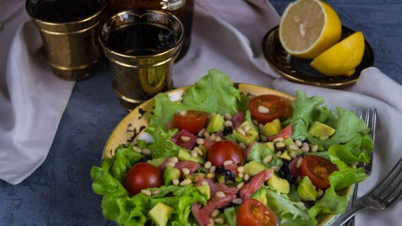 Салат из авокадо и форели с кедровыми орешками