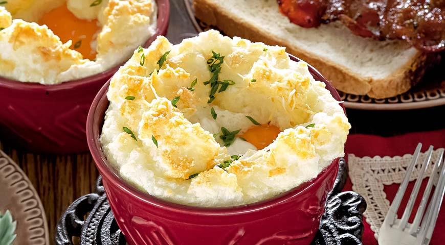 Запеченные яйца с сыром и остро-сладким беконом