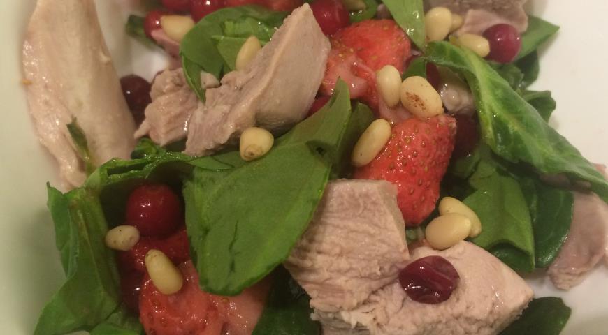 Рецепт Салат с утиной грудкой, клубникой и брусникой