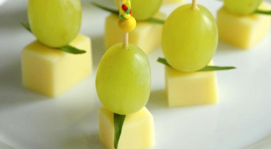 Рецепт Закуска из сыра и винограда на шпажках