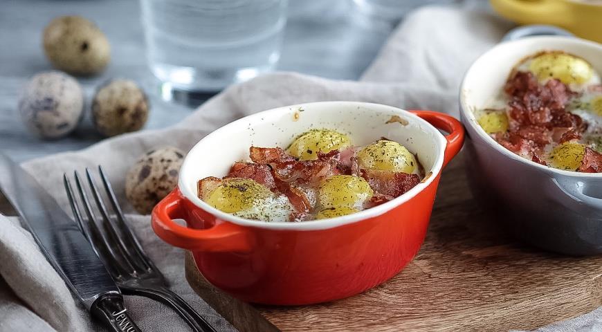 Рецепт Запеченные перепелиные яйца с помидорами и беконом