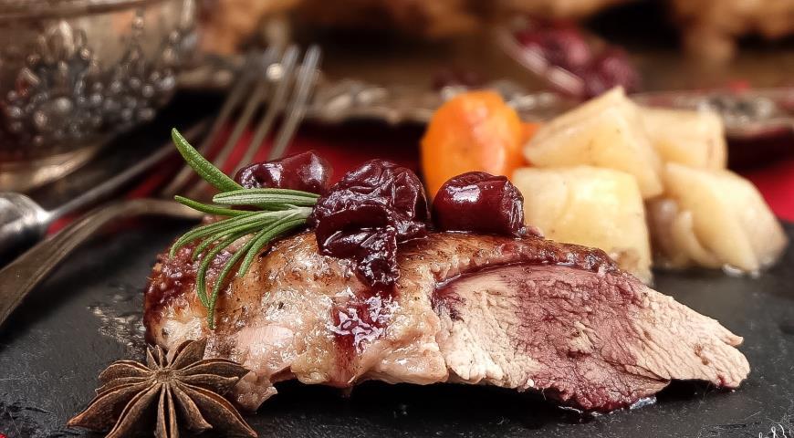 Рецепт Пряная утка с корнеплодами и вишнево-винным соусом