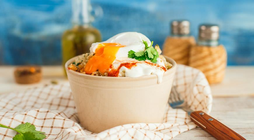 Рецепт Пряный рис с яйцом-пашот и йогуртом