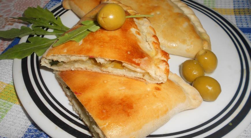 Рецепт Кальцоне с цуккини, оливками и моцареллой
