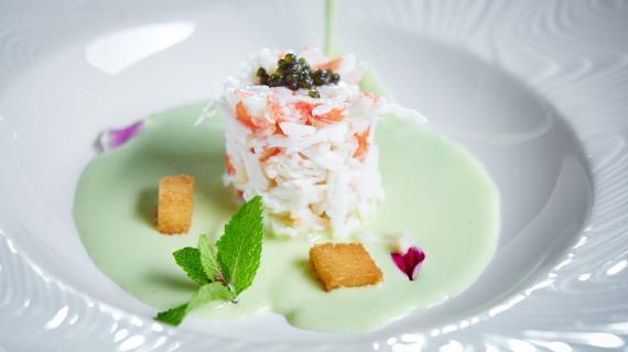 Зеленый суп с крабом и спаржей