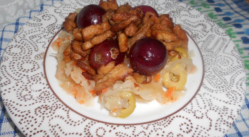 Рецепт Теплый салат из винограда, свинины и кислой капусты