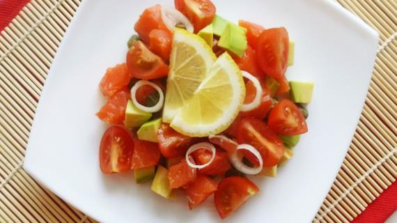 Салат с семгой, авокадо и каперсами
